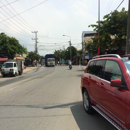 Đường lớn giao thông đi lại thuận tiện.