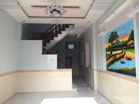 Phòng khách có tường là bức tranh phong thủy rất đẹp.