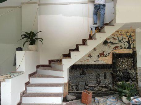 Cầu thang có bậc thang là đá hoa cương.