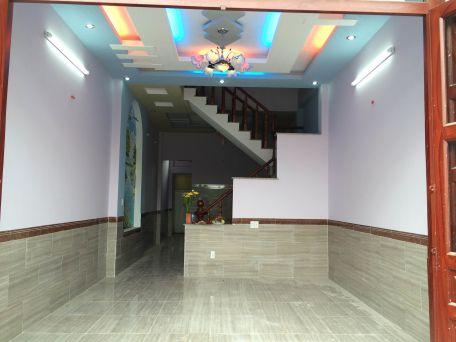 Phòng khách trang trí trần đèn chiếu sáng kiểu mới.