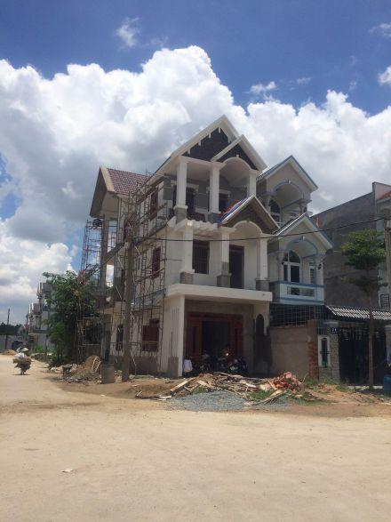 Nhà mới đang được xây dựng.