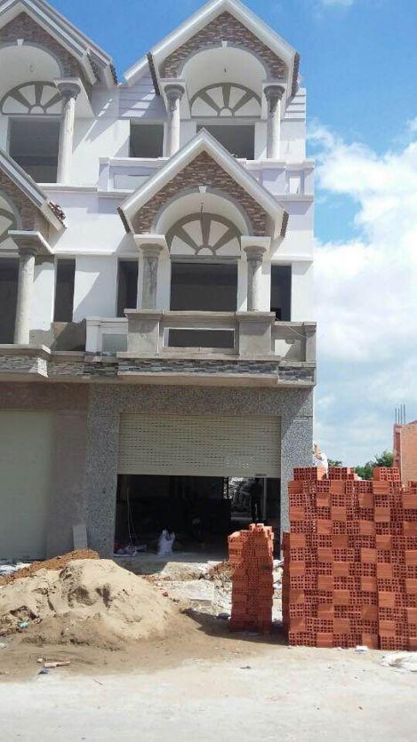 Nhà trang trong quá trình xây dựng.