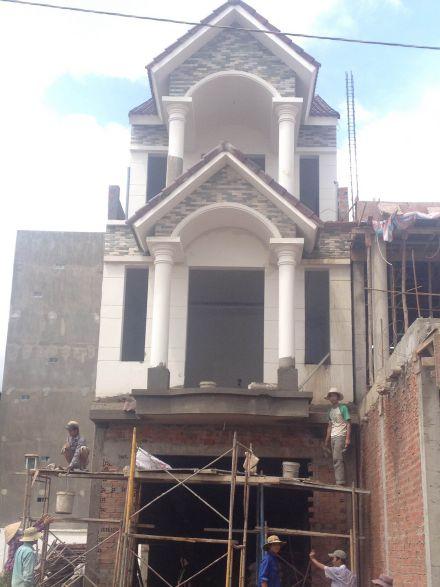 Nhà đang được xây dựng.