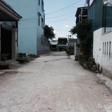 Đường rộng rãi, nhà trong khu dân cư đông.