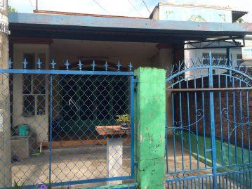 Phía trước căn nhà có công rào chắc chắn.