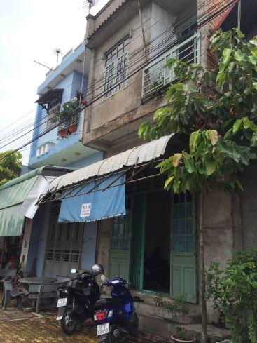 Phía trước căn nhà mặt tiền kinh doanh buôn bán.