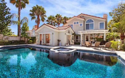 Mẫu biệt thự có hồ bơi với kiến trúc quyến rũ.