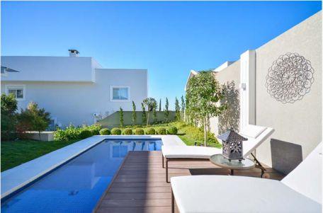 Bể bơi chỉ vỏn vẹn vài mét vuông nhưng nó rất phù hợp với kiến trúc sân vườn.