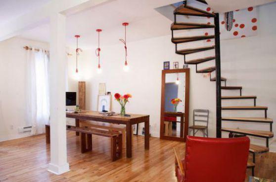 Mẫu cầu thang xoắn tạo cho căn phòng thêm uyển chuyển.