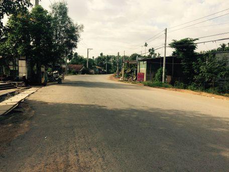 Đất nằm trên mặt đường thông rộng rãi.