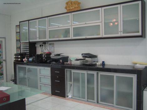 Mẫu tủ bếp nhôm kính hiện địa M1