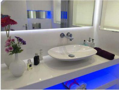 Mẫu phòng tắm có đèn LED H2