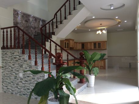Cầu thang được thiết kế tay vịn bằng gỗ.