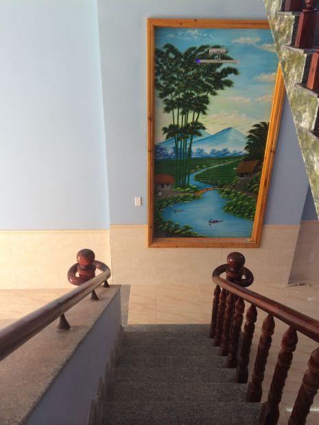 Tường có bức tranh phong thủy rất đẹp,