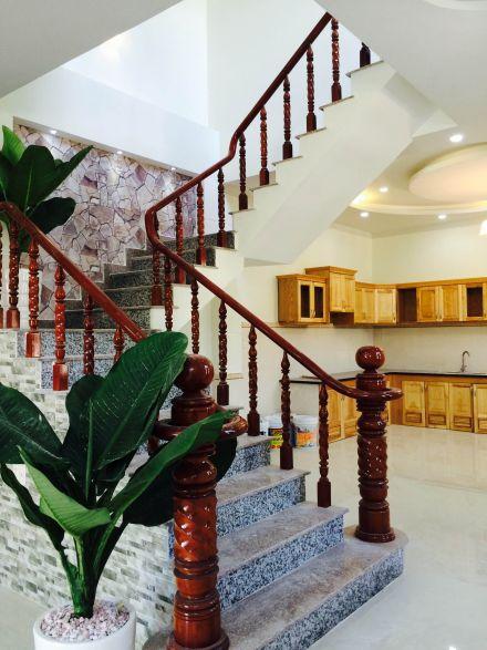 Cầu thang được làm bằng gỗ tự nhiên