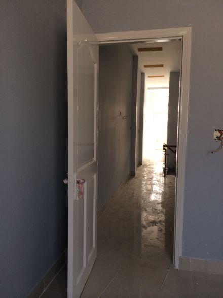 Cửa phòng làm bằng gỗ.