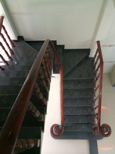Cầu thang được tay vịn bằng gỗ.