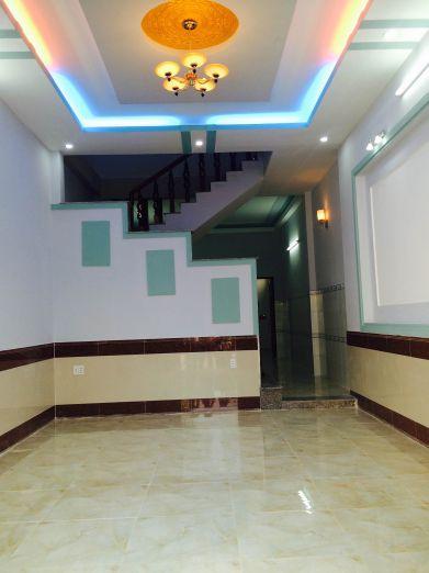 Phòng khách trang trí tường màu sắc sinh động.