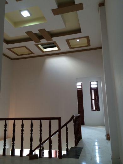 Trên tầng lầu có đèn màu chiếu sáng kiểu mới