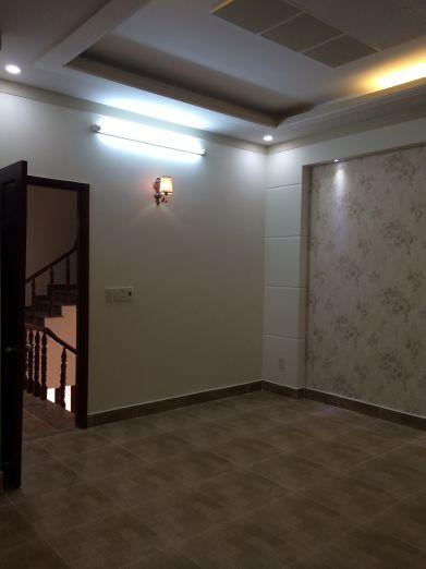 Phòng ngủ rất rộng rãi, cửa phòng bằng gỗ.