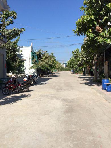 Đường có cây xanh rộng rãi.