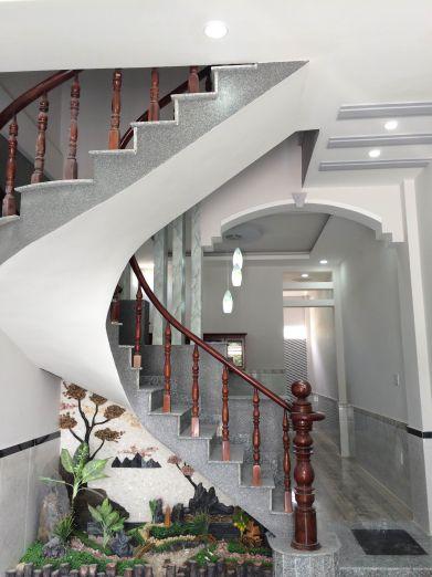 Cầu thang thiết kế gầm có hòn non bộ rất đẹp.