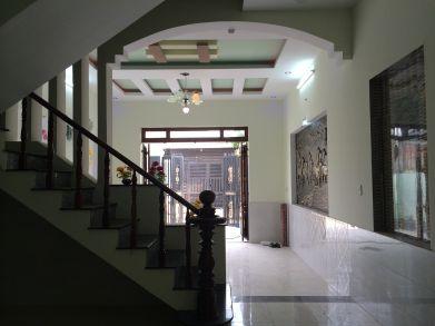 Nội thất nhà hiện đại, tường ốp gạch cao sạch sẽ.