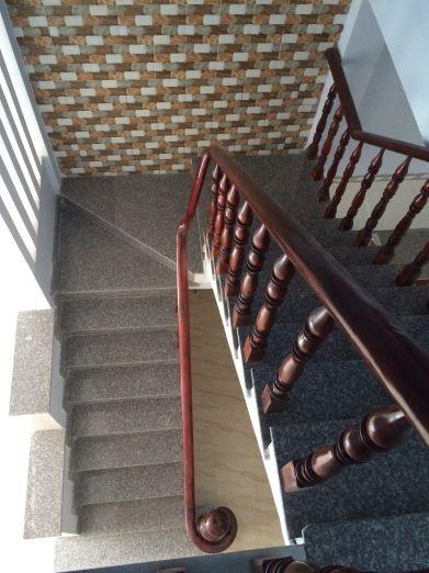Cầu thang đúc tay vịn bằng gỗ.