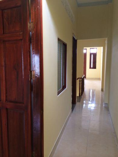 Các phòng được thiết kế cửa bằng gỗ.