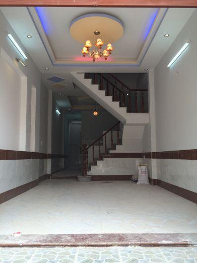 Nội thất cao cấp, tường ốp gạch cao sạch sẽ, nền lót gạch men chống trầy.