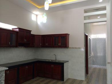 tủ bếp được làm bằng gỗ.