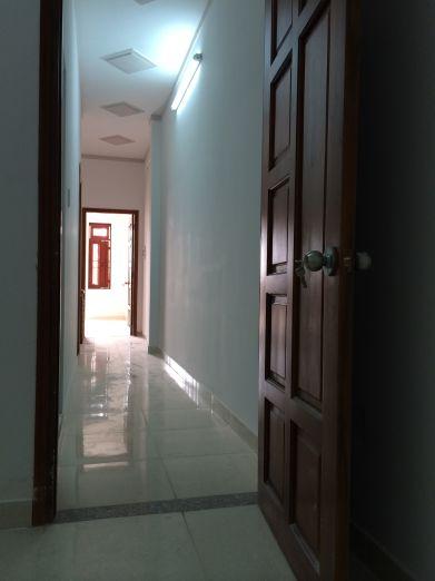 Phòng có cửa bằng gỗ.
