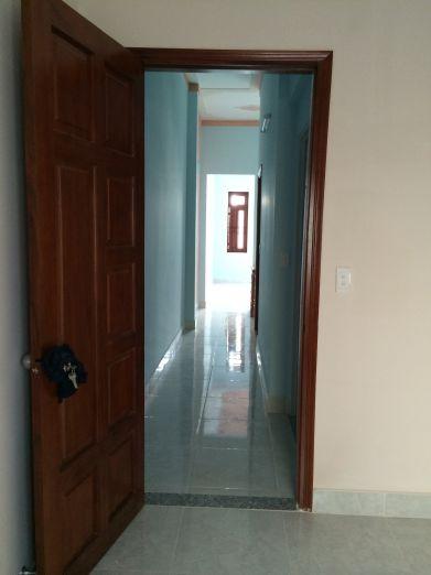 Cửa phòng được làm bằng gỗ.