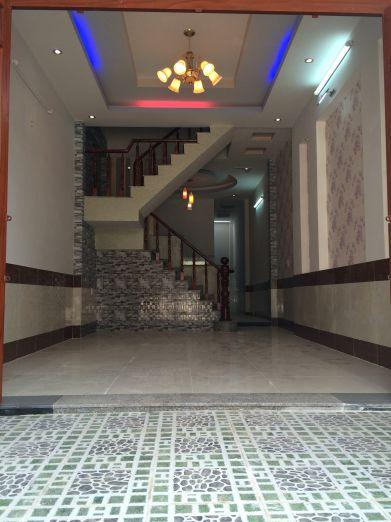 Phòng khách đẹp, trần có đèn màu sắc sinh động.