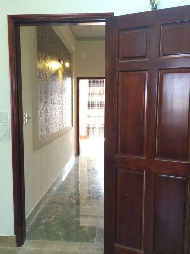 Toàn bộ cửa phòng trong nhà được thiết kế bằng gỗ.