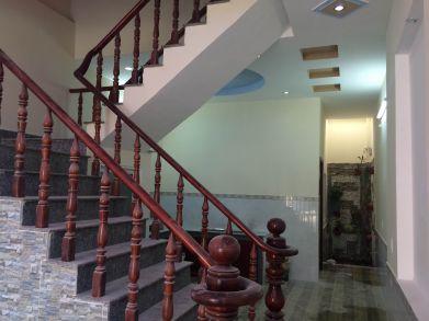 Cầu thang được đúc tay vịn bằng gỗ.