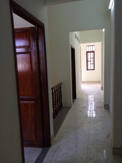 Cách bố trí phòng hợp lý, cửa phòng được làm bằng gỗ.