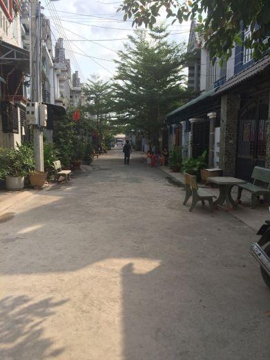 Đường rộng, nhà trong khu dân đông.
