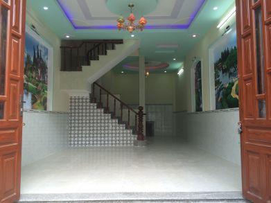 Phòng khách có trần thạch cao và hệ thống đèn chiếu sáng kiểu mới.