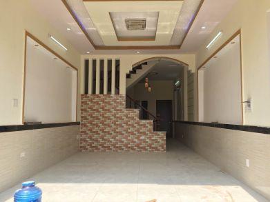 Phòng khách trang trí đẹp, trần thạch cao, nền lót gạch men chống trầy.