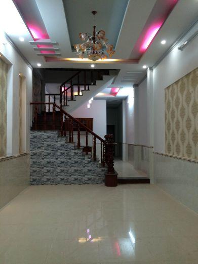 Phòng khách rộng rãi, trần nhà thiết kế thạch cao.