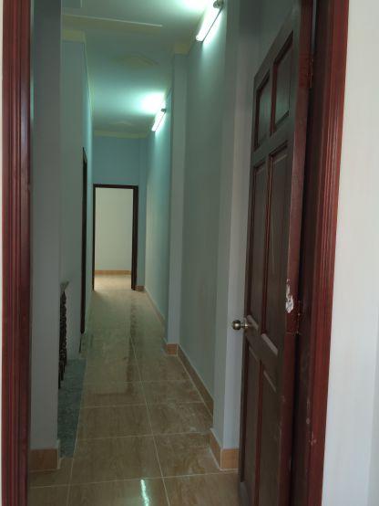 Cửa phòng toàn bộ được làm bằng gỗ.