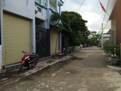 Mặt đường rộng rãi, trong khu dân đông.