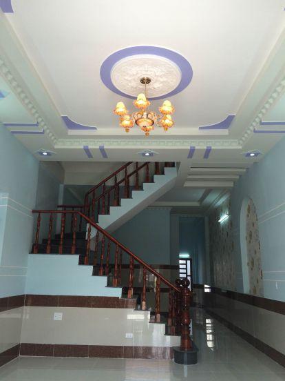 Phòng khách với không gian rộng rãi, trần thiết kế thạch cao.
