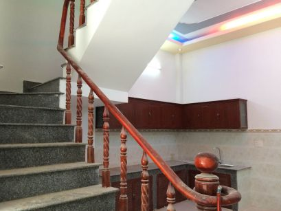 Cầu thang được đúc tay vịn bằng gỗ, bậc thang lát đá hoa cương.