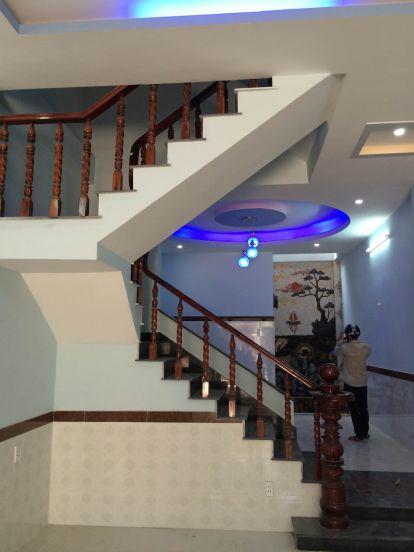 Cầu thang nơi điểm nối giữa lầu 1 được đúc tay vịn bằng gỗ.