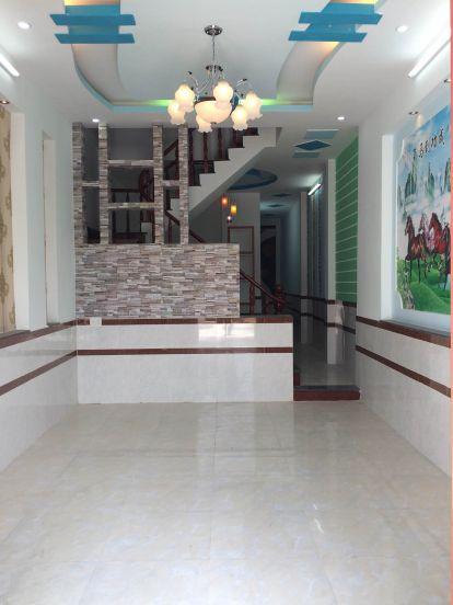 Phòng khách có trần thạch cao, 2 bên tường là bức tranh phong thủy rất đẹp.