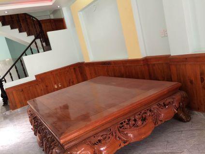 Phòng khách có bàn ăn ngồi dành cho gia đình.