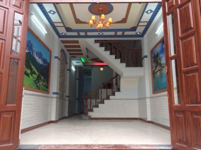 Phòng khách sử dụng màu sắc nổi bật từ 2 bức tranh phong thủy.