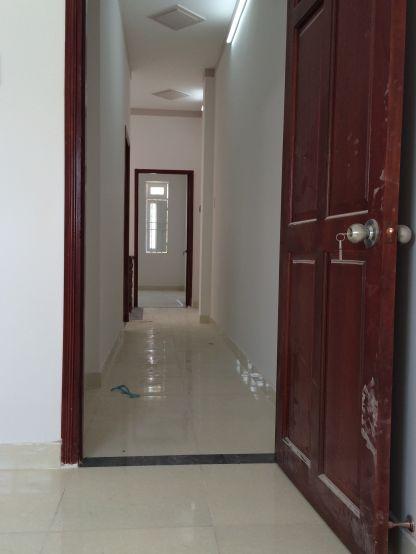 Toàn bộ cửa phòng được làm bằng gỗ.